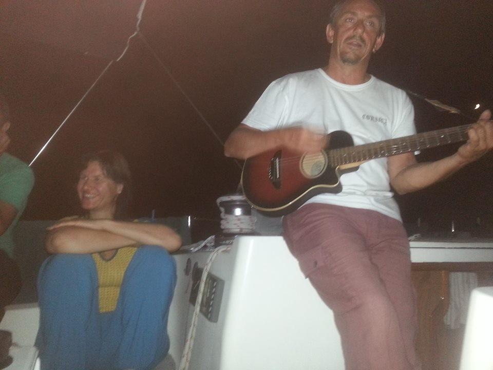 """Der Skipper holt die Gitarre raus und Siggi postet das bei FB - gab ne Menge """"Likes"""" - danke!"""