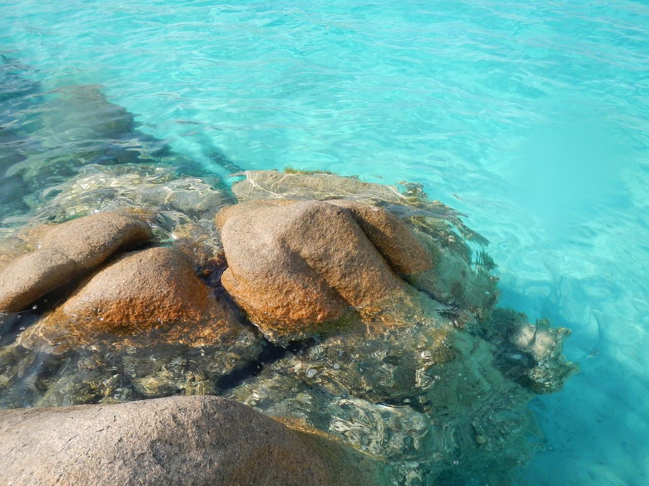 Die Tahiti Bucht von Caprera. Der schönste Naturpool läd zum Baden ein.