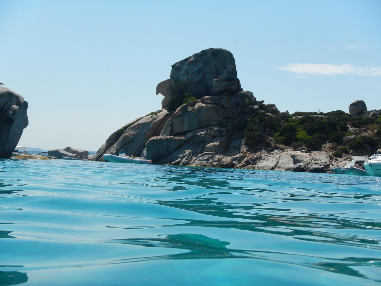 Der Segeltörn geht vorbei an Spargi, einer traumhaften Insel vor Sardinien