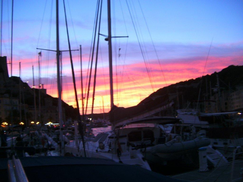Bonifacio, der spektakuläre Piratenhafen auf Korsika, ist ein Highlight auf dem Segeltörn