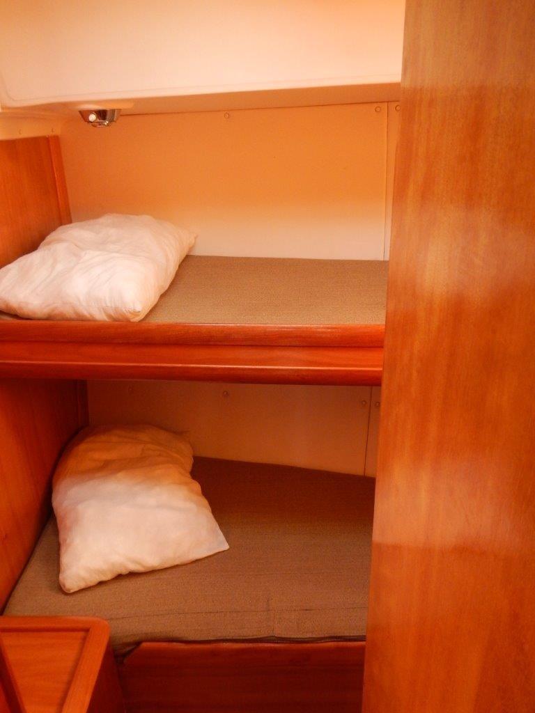 Stockbetten im Mittelschiff. Für Allenreisende eine tolle Kabine. Alles für den Urlaub auf einer Segelyacht