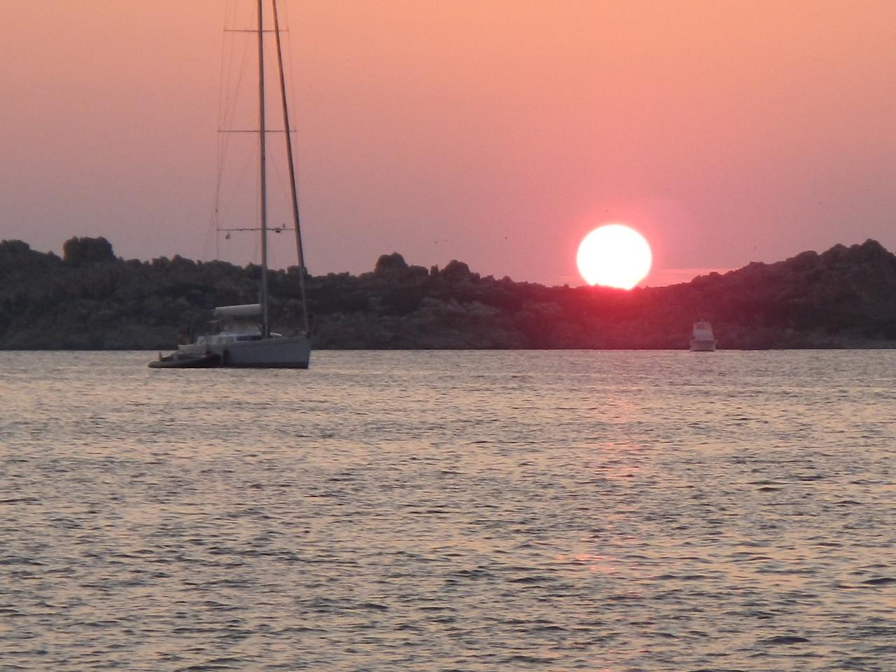 Sonnenuntergang am Strand oder auf der Segelyacht. sportliches Segeln auch für Anfänger