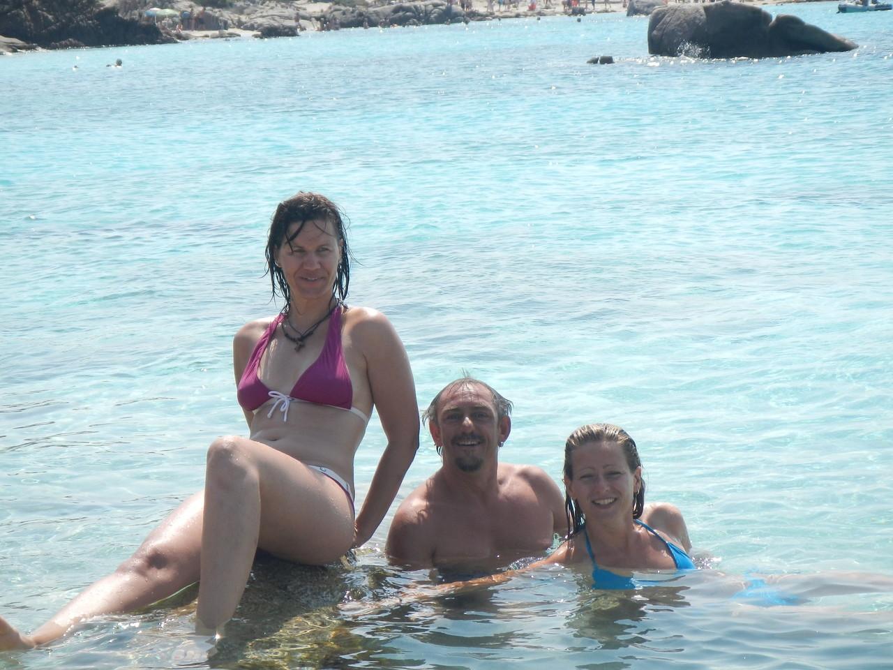 Der Skipper mit den Bondgirls, klar das er da so breit grinst ...