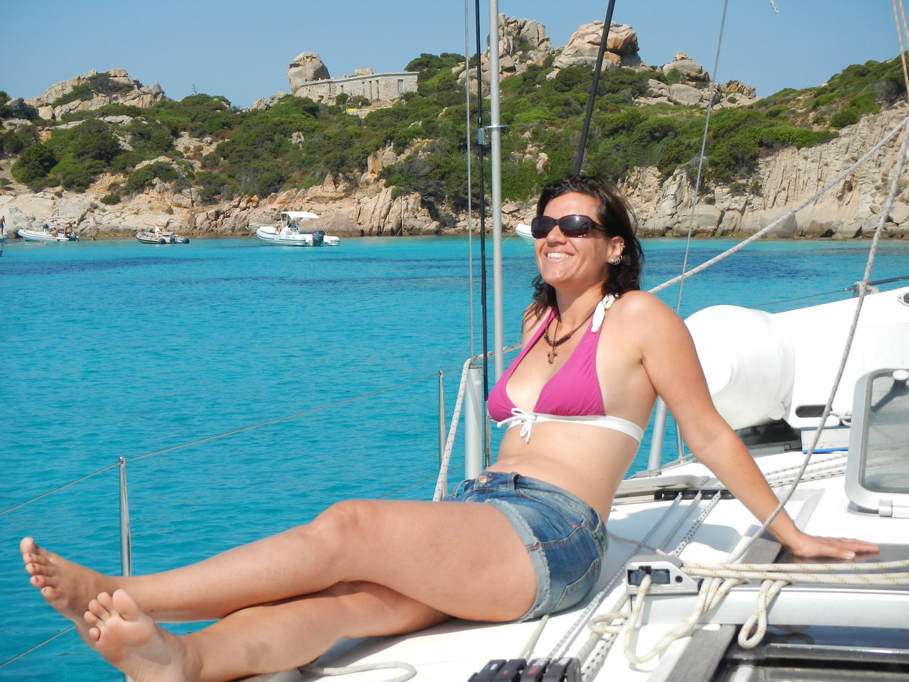 Anja genießt offensichtlich, ein geniales Bild. Chillen und Relaxen an Bord der Yacht.