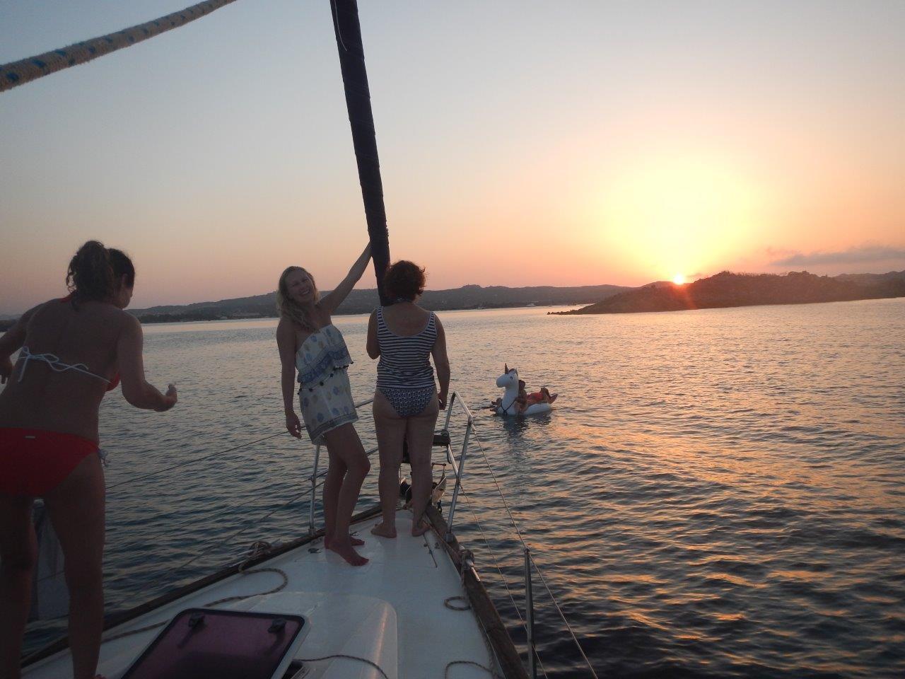 Urlaub auf der Segelyacht den Sonnenuntergang genießen Kojencharter