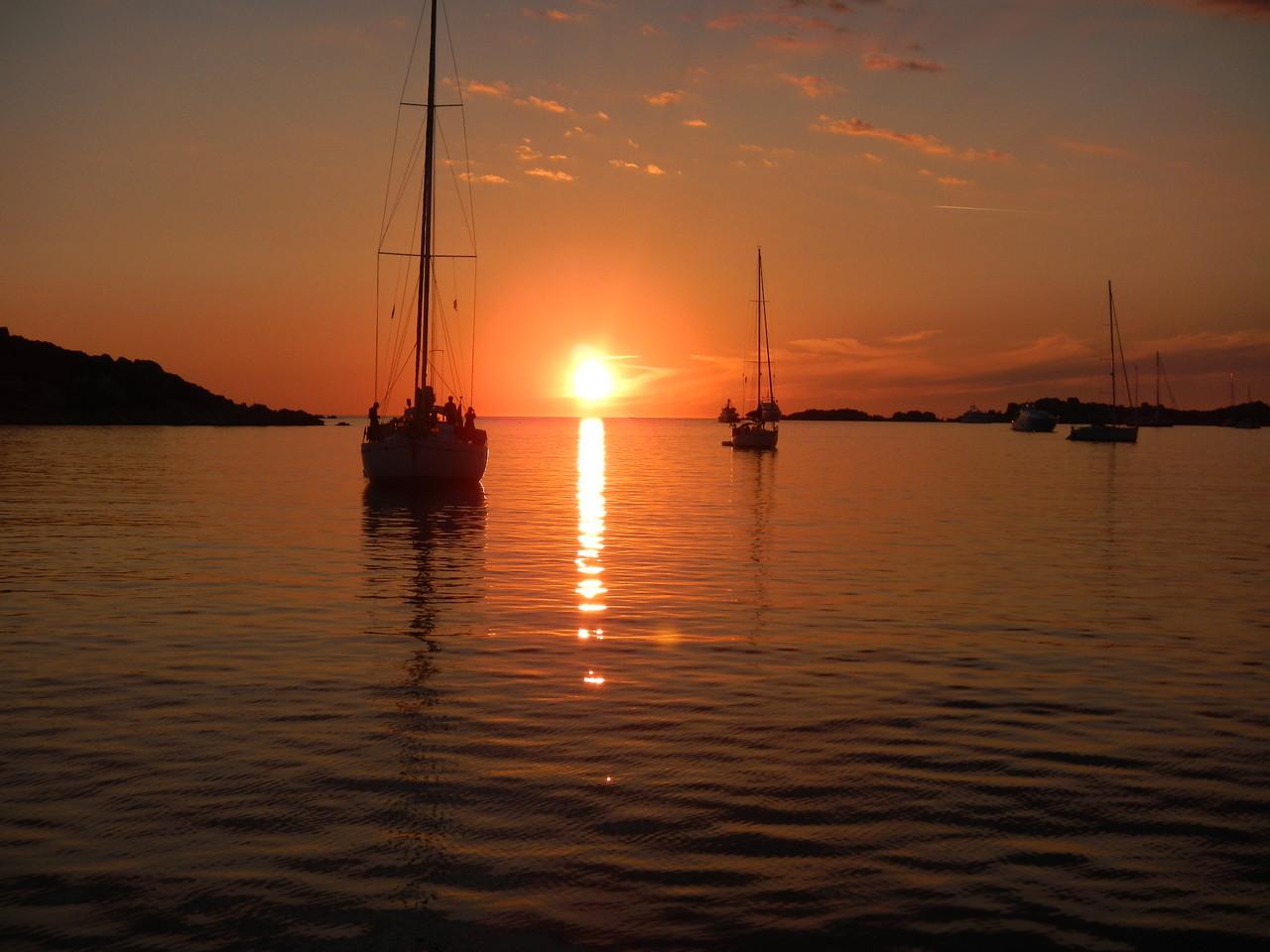 Sonnenuntergang im Inseldreieck, das Maddalena Archipel romantischer Segeltörn.