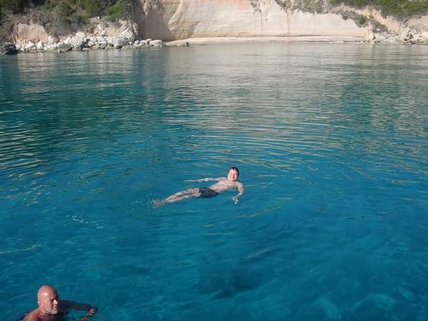 """Auch vor dem Capo Bianco auf Korsika ist das Wasser """"scheiss türkis"""" Segeltörn mitmachen!"""