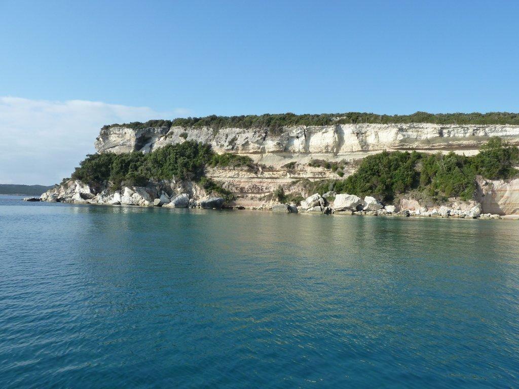 Capo Bianco ist ein hoher Kreidefelsen und am Morgen erleuchtet die Sonne die Felsen