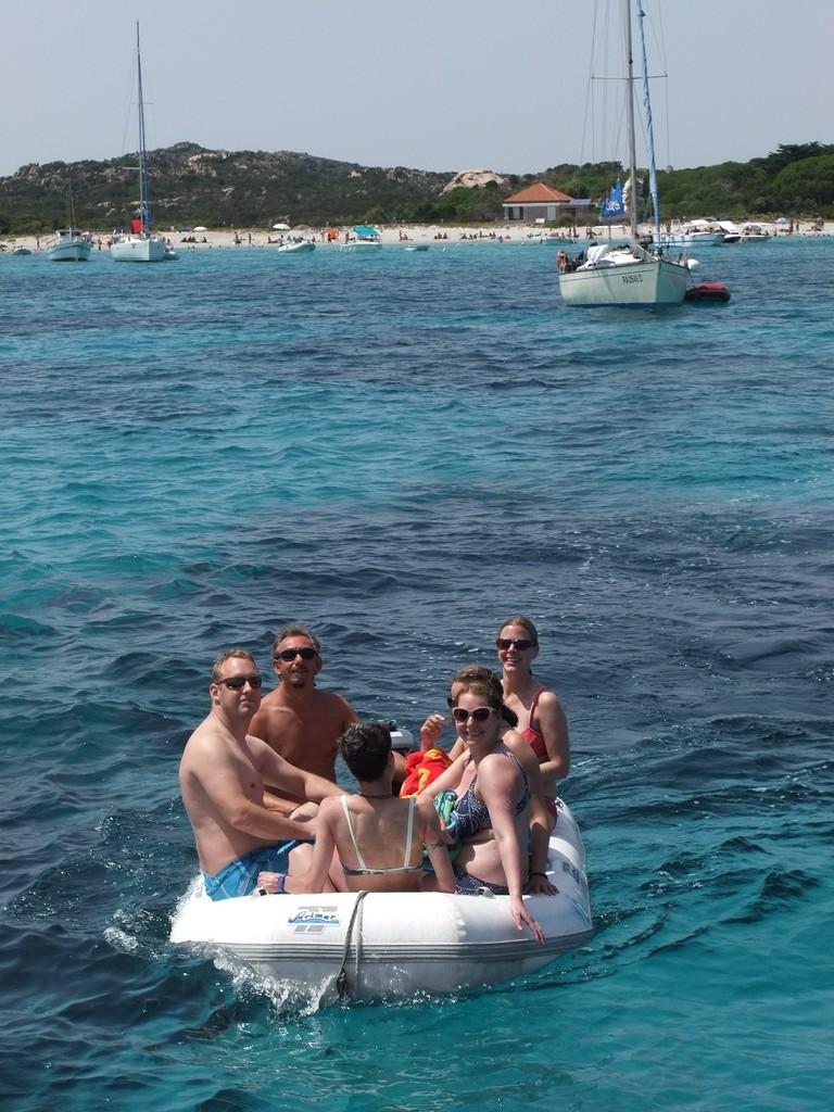 Mit dem Dinghy an den Strand fahren, tolle Inseln erkunden, das ist aktiv mitsegeln.