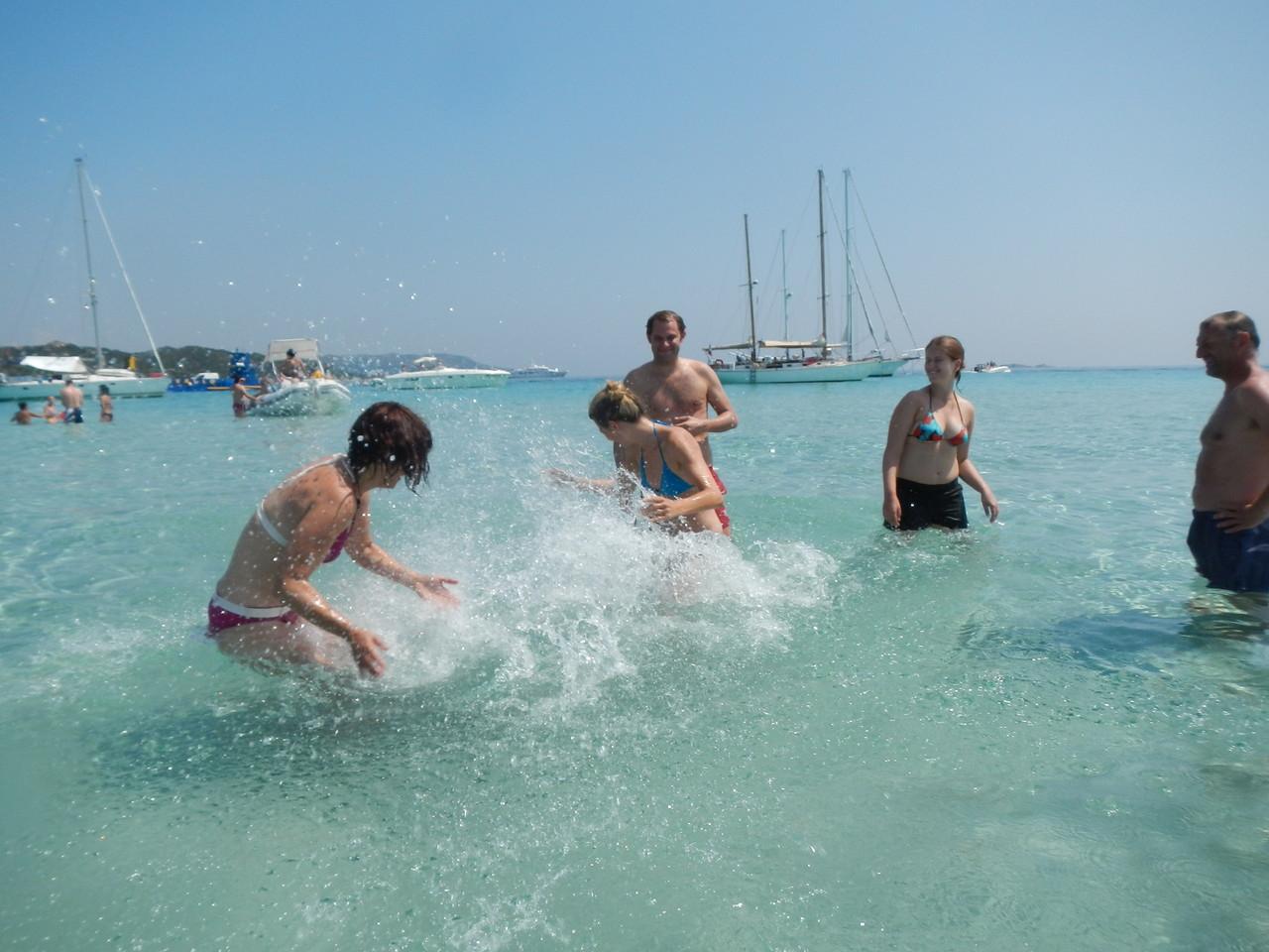 Wasserschlacht in der Piantarella. Einfach Baden und Spaß haben.