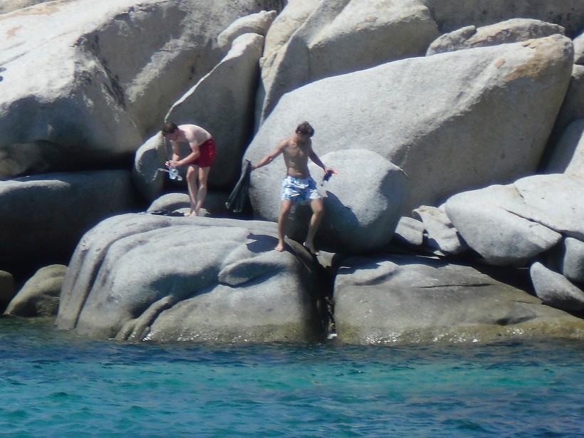 Die Jungs klettern auf den Felsen. Aktivurlaub!