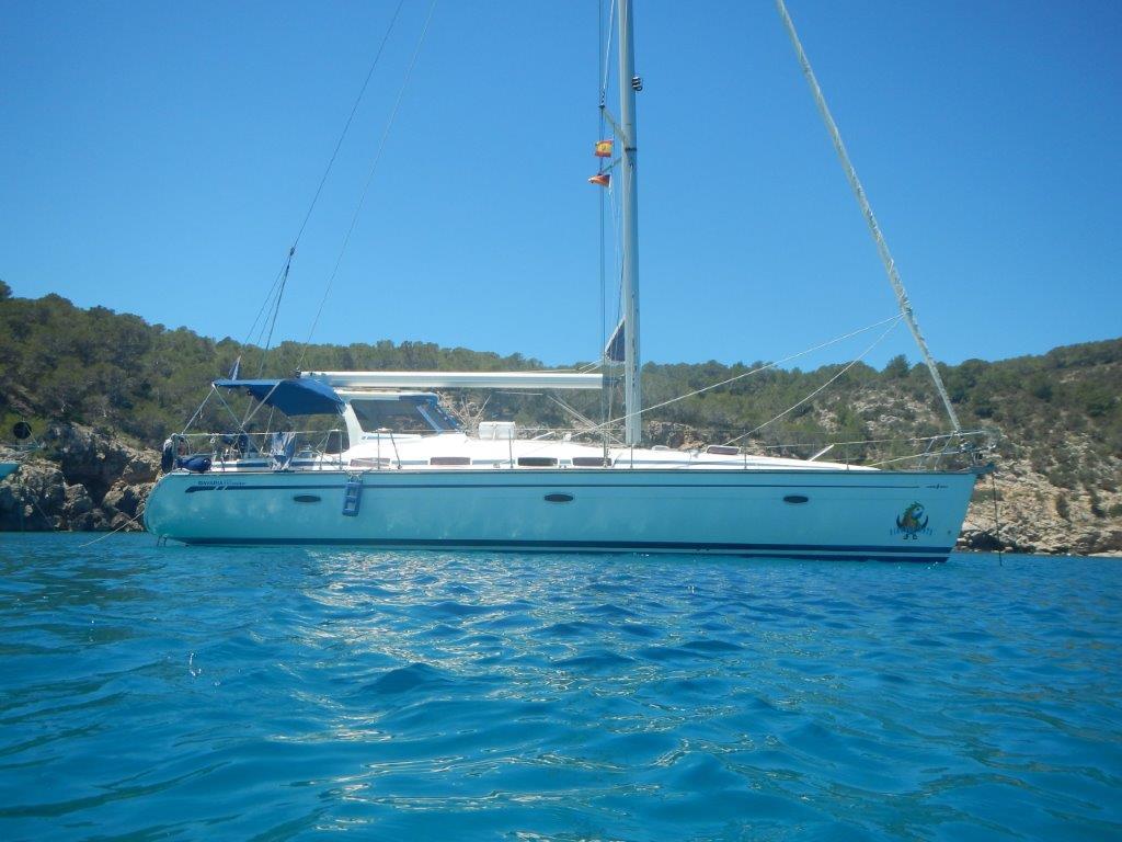Die Jojo beim posen in einer Bucht von Sardinien