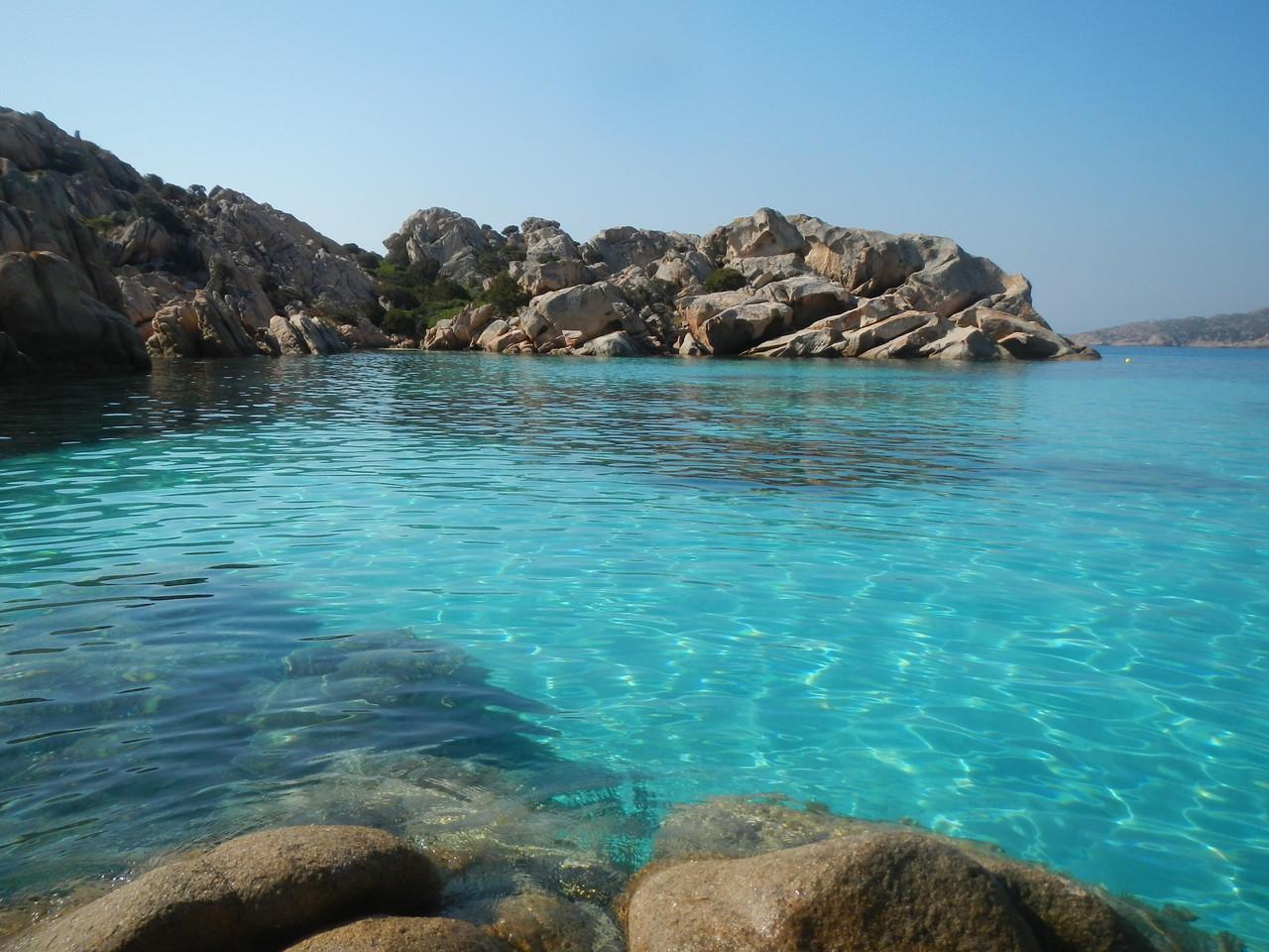 tolle Buchte im Maddalena Archipel begegnen uns auf dem Segeltörn.