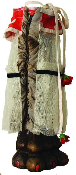 """Eva Hradil """"Standbein / Pierna buerna"""" 2017, geschnitztes Nussbaumholz eines Thronsessel aus Historismus, Teile von Kleidungsstücken, Schrauben"""
