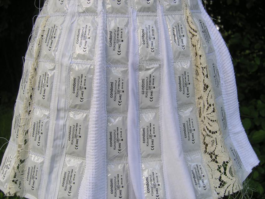 """Eva Hradil """"schürzen"""" 2010, Kondome in Verpackung, Nähseide, Textilien, Knöpfe Detailansicht"""