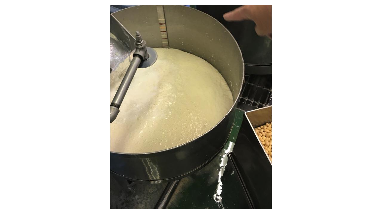 大豆と一緒に擦り、窯に送り高温の蒸気で92度まで炊き上げます。