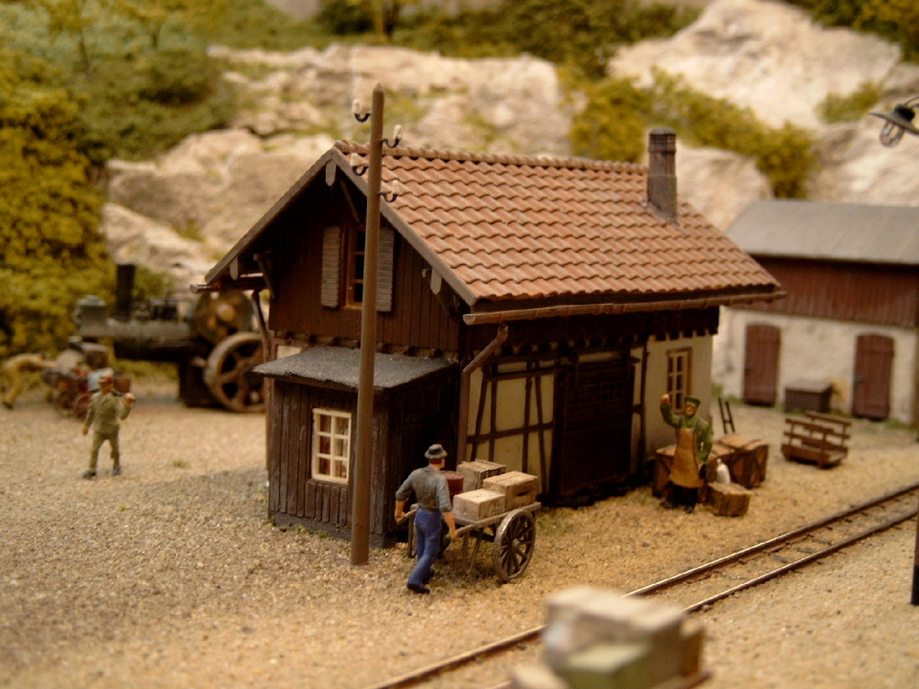 Der Güterschuppen im Bahnhof Hofstetten (Kombination des bekannten Güterschuppens und einem Teil des Bahnwärterhauses (beides von Faller)
