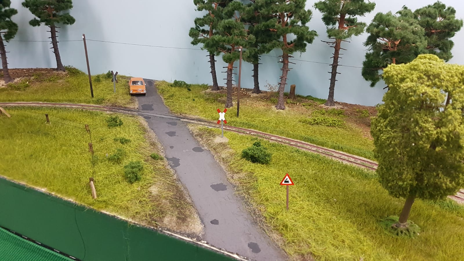 Die Straße am Bahnübergang wurde auf eine kleine Landstraße zurückgebaut.