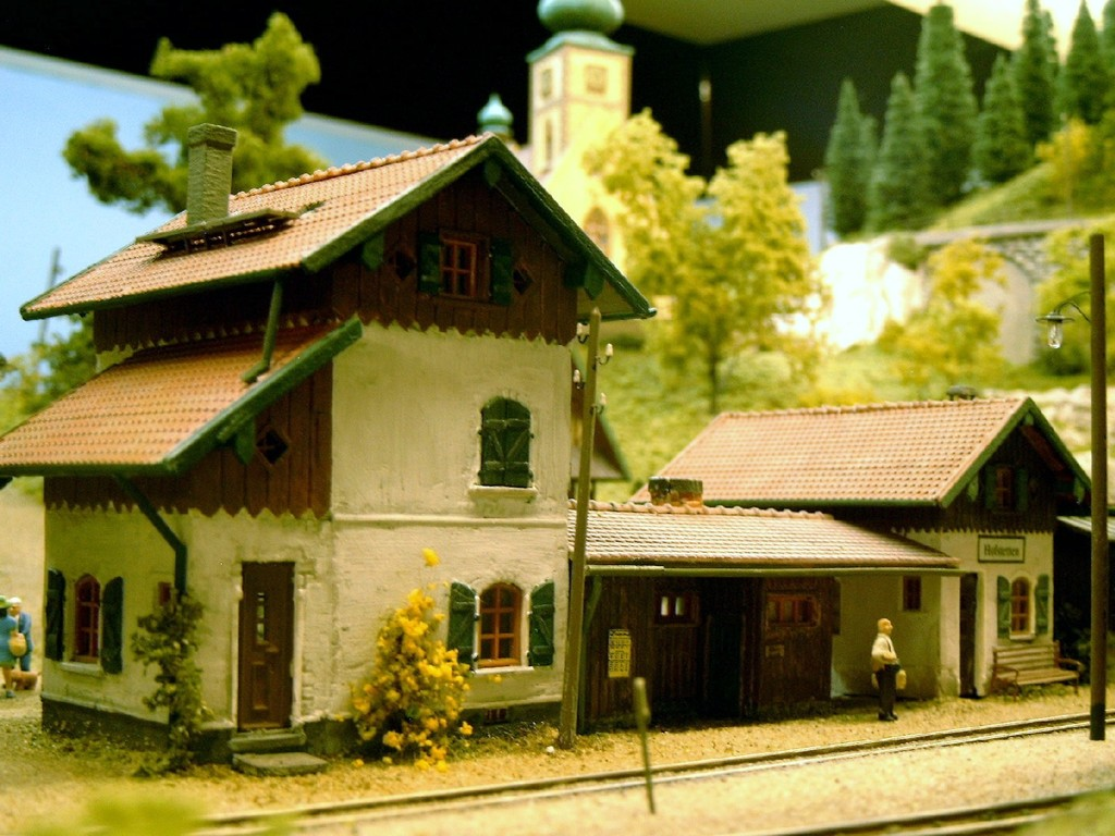 Das Bahnhofsgebäude von Hofstetten, das wiederum aus einigen Faller Bausätzen des Bahnwärterhauses entstanden ist