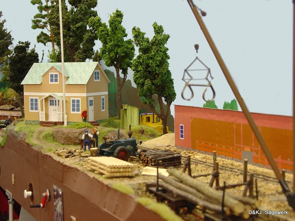Im Hintergrund steht das Haus des Sägewerksbesitzers Ole Svensson.  Auch davor darf natürlich ein Flaggenmast nicht fehlen.