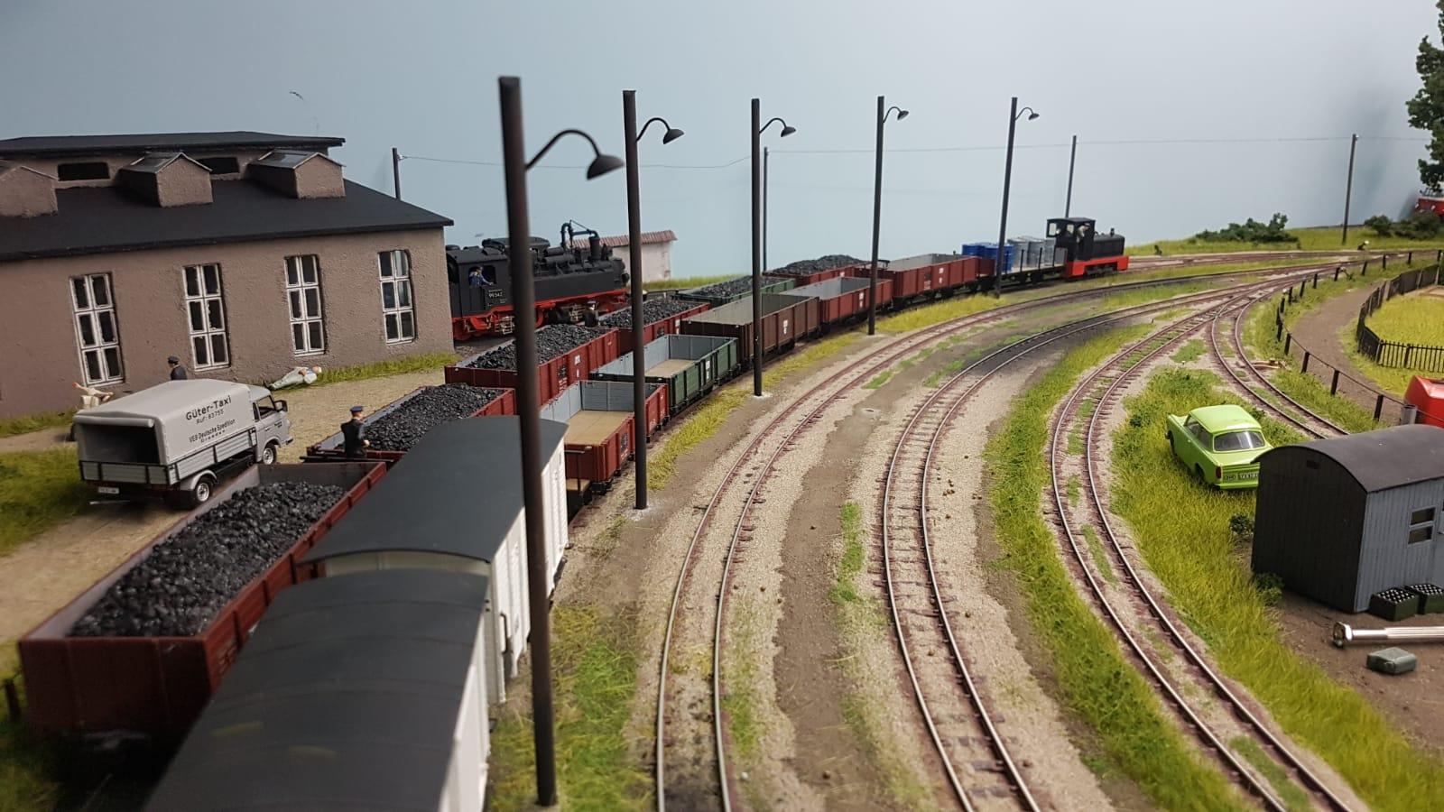 Im Bahnhof Bergen sind Lampen aufgestellt