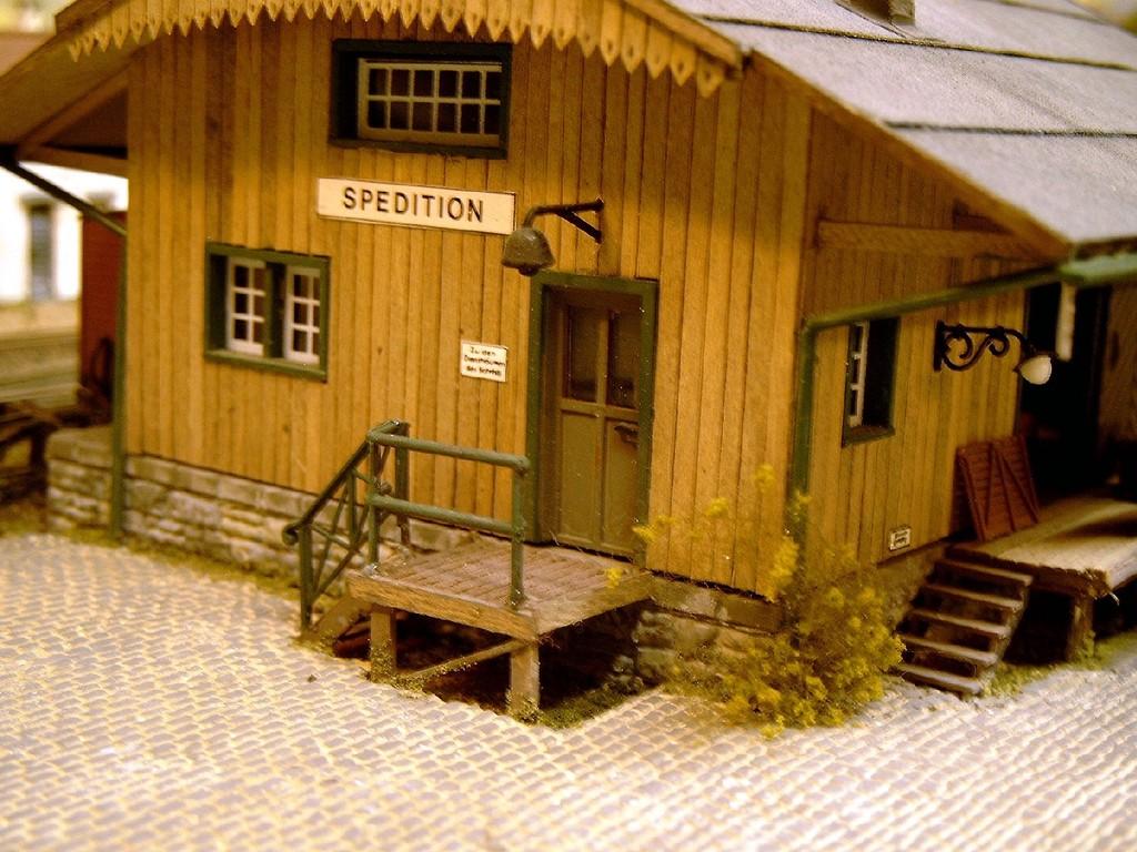 Ein Blick auf das Lagerhaus im Bahnhof/Hafen Engen. Ein Selbstbau aus einzelnen Holzstreifen.