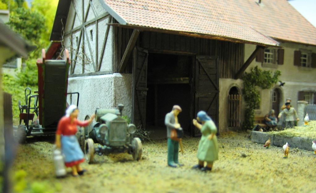 Heftiger Disput zwischen Bäuerin und Knecht vor dem Bauernhaus in Hofstetten.