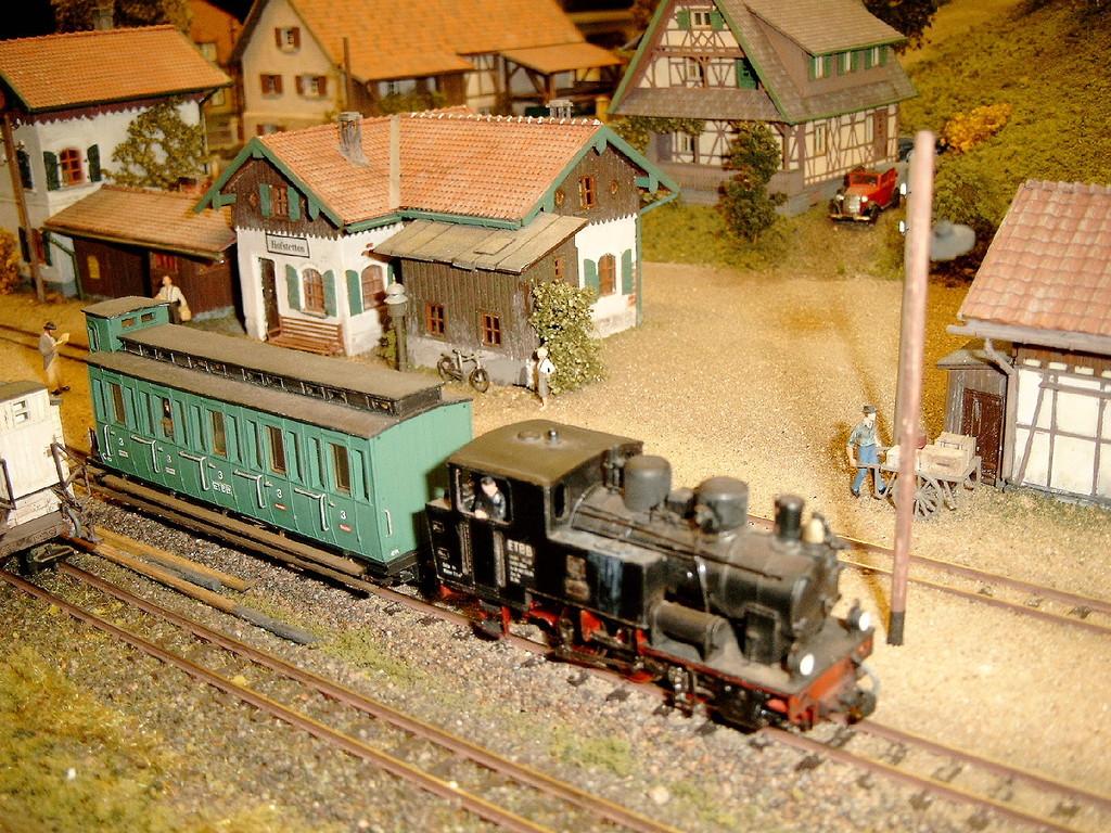 Ein Zug durcheilt die Station.