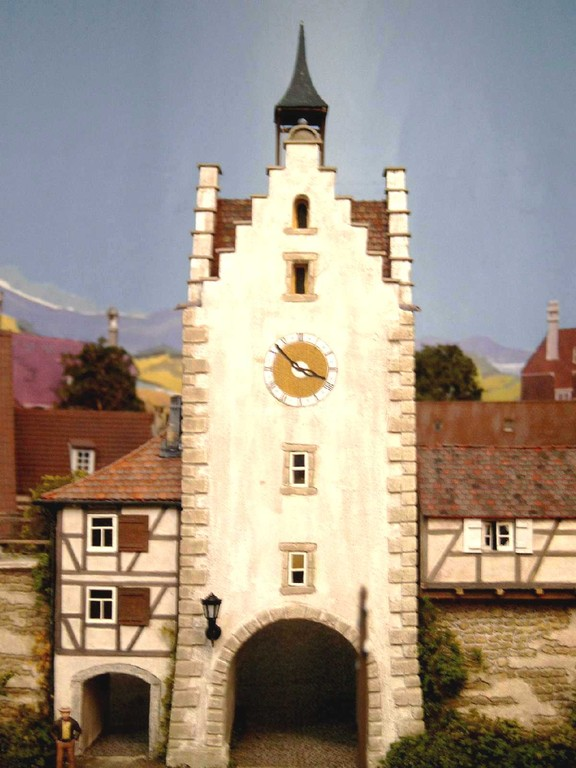 Der malerische Ort Engen wird durch dieses Stadttor mit dem Bahnhof und dem Hafen verbunden. Das Orginal dieses Tores steht im schweizerischen Diessenhofen