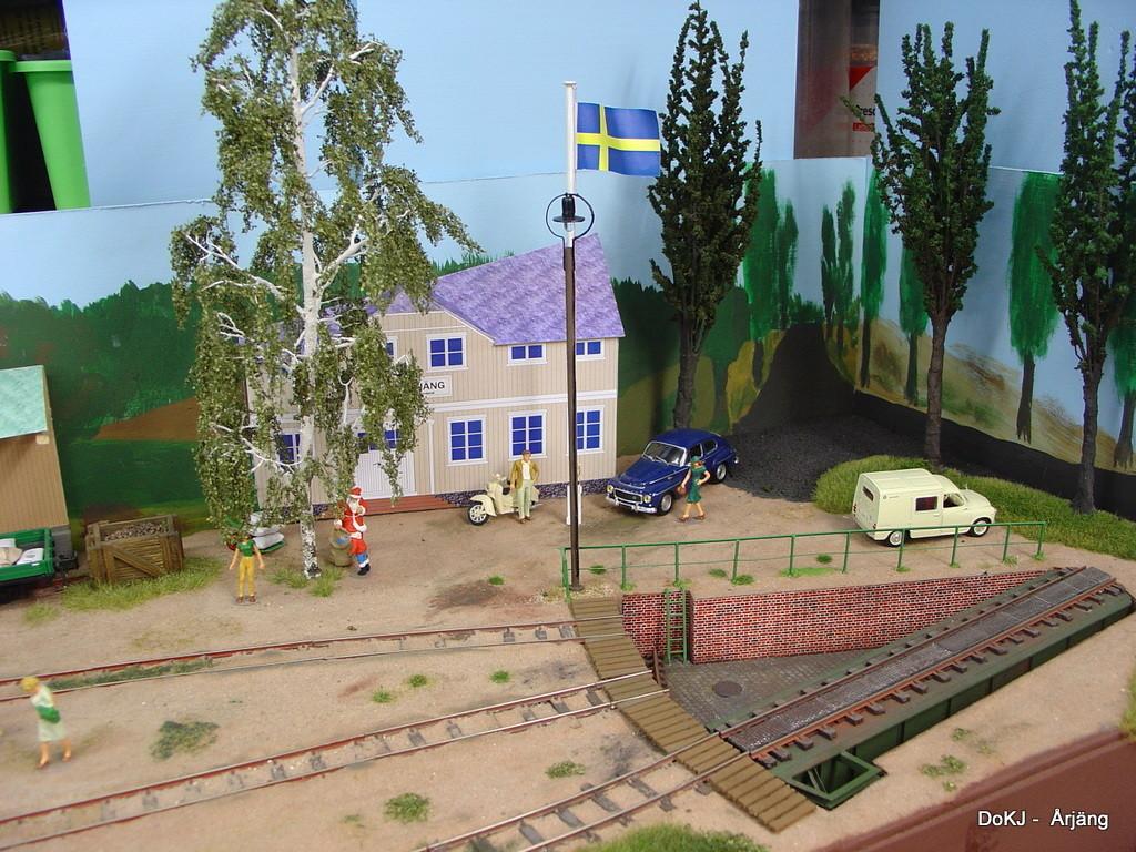 Vor dem Bahnhof weht selbstverständlich - wie bei den meisten Gebäuden im Original - die schwedische Flagge.