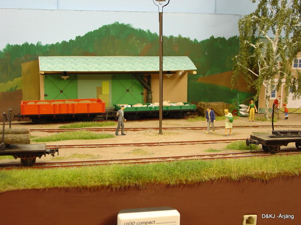 neben dem Empfangsgebäude ist der Güterschuppen platziert.