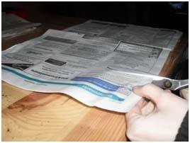 Zeitungspapier in Streifen schneiden