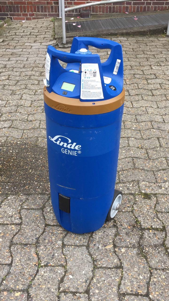 5500 Liter Ballongas in einer schnieken, blauen Gasflasche mit Rädern.