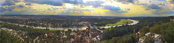 Ich habe gerade mein Pano in Auftrag gegeben bei http://www.posterlia.de. Hab mich für Leinwand 200,0x50,0 cm entschieden (97,11€), mal schauen....