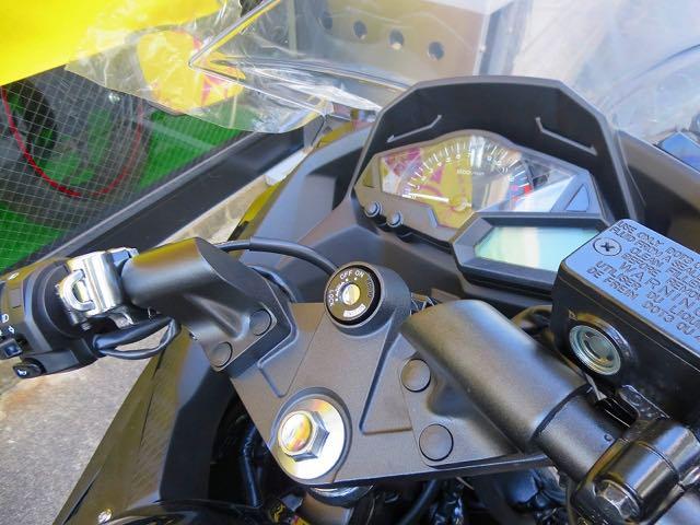 ノーマルではリヤシートを外さないと使えない不便なヘルメットロック…そこで! メインキー1本で開ける事のできるヘルメットロックを付けちゃいました。後に荷物を積んでる時でも使用可能なのが嬉しいです。鍵1本でOKなのは輝SEだけ!