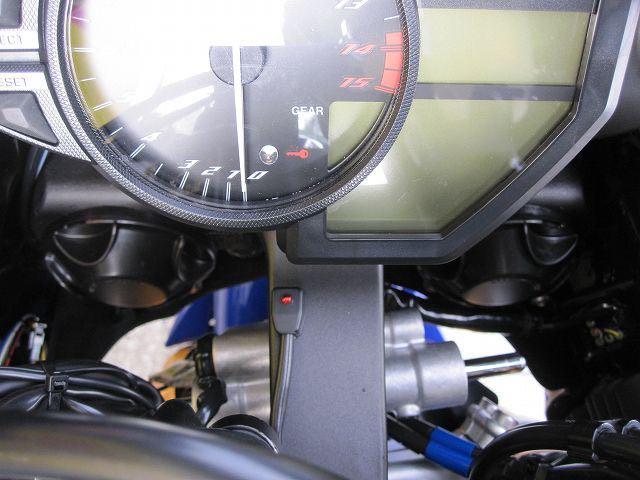 盗難防止アラームキットは、インジゲーターの配線も前まで延長してメーター付近に取り付けさせて頂きました。