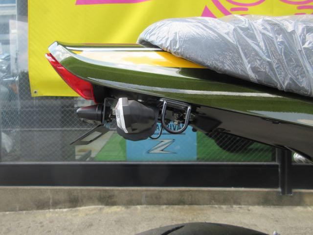 フェンダーレスキットはきっちり車体に吸い付くように前方についてカッコイィ。