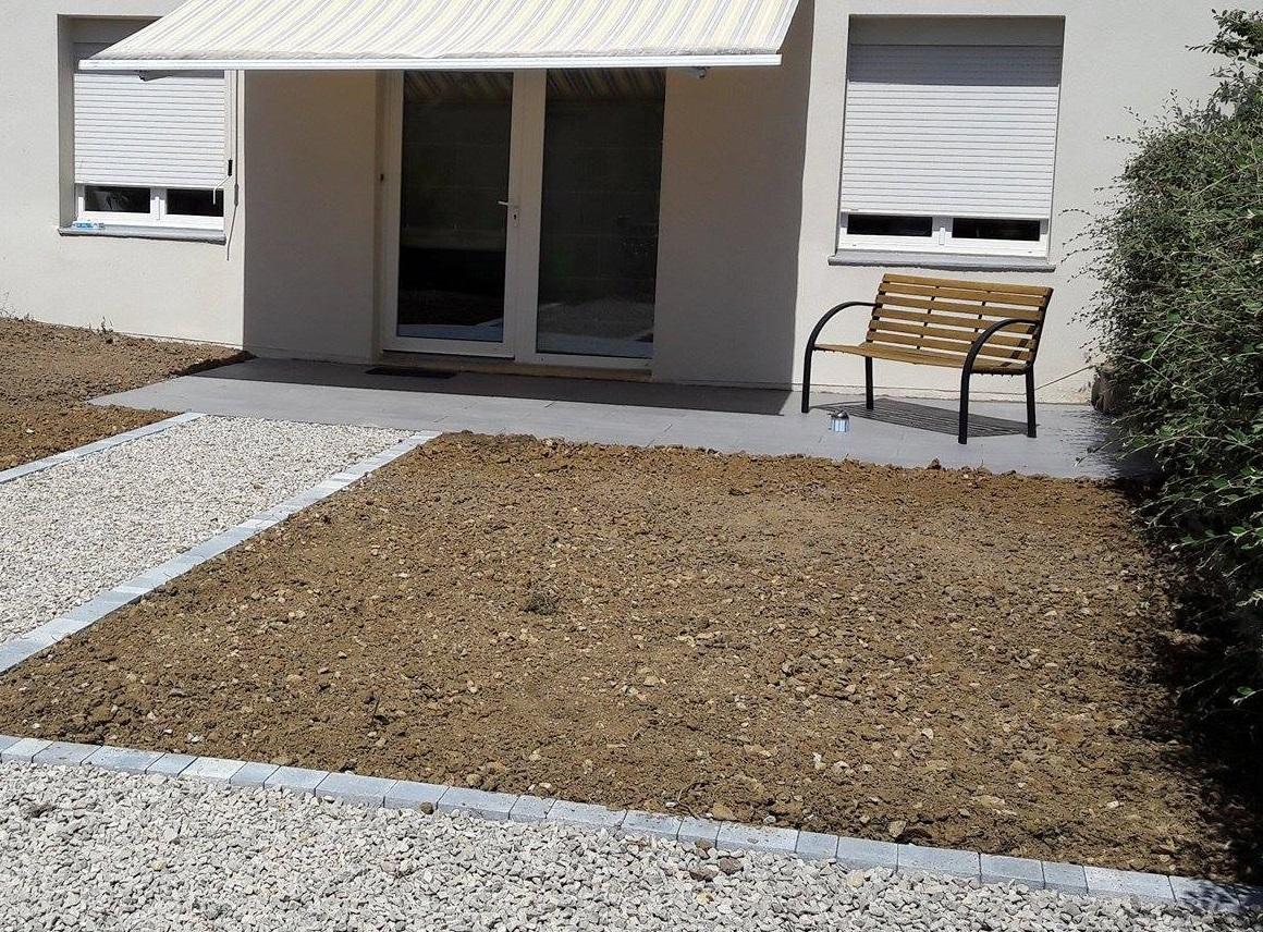 Création d'une terrasse et allée en gravier - et semis gazon