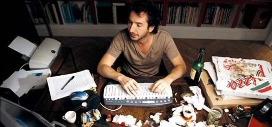 """Raphael Jullian et son bureau impeccablement rangé dans """"Mensonges et trahisons et plus si affinités""""."""