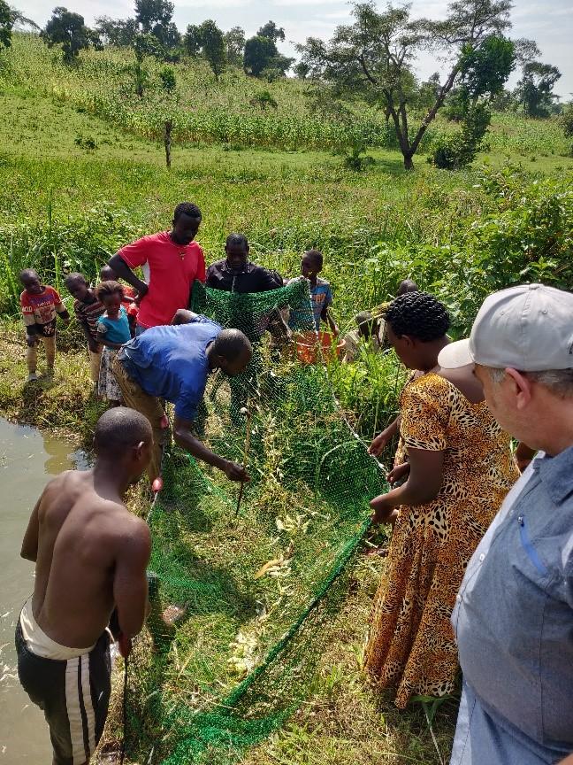 Hier findet die Übergabe von Fischnetz an die Gruppe.