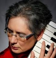 Ist hauptberuflich Pianistin und Komponistin . Und was für eine! www.violakramer.de
