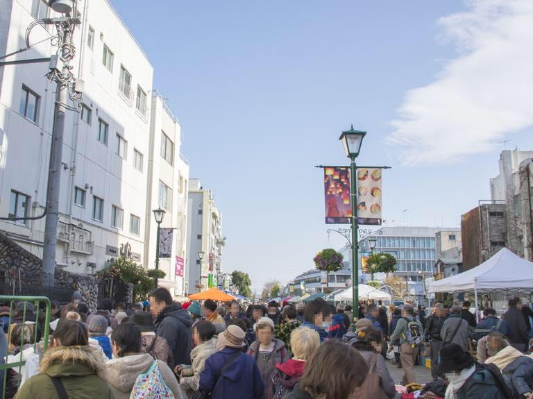 神奈川やまと古民具骨董市の会場(東側プロムナード)