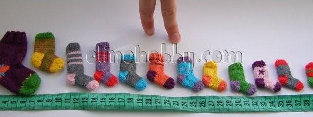 миниатюрные вязаные носки, миниатюрное вязание на спицах, мини-носочки