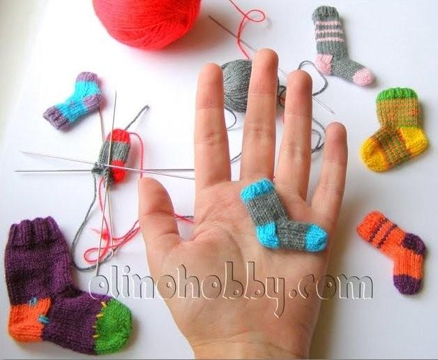 мини-носочки, миниатюрное вязание на спицах, миниатюрные вязаные носки