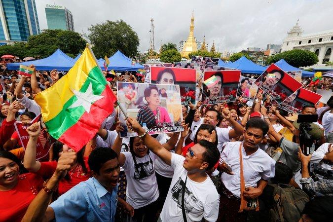 Anhänger Aung San Suu Kyis am 19. September im Zentrum Yangons (rechts: Das Rathaus; im Hintergrund: die Sule Pagode)