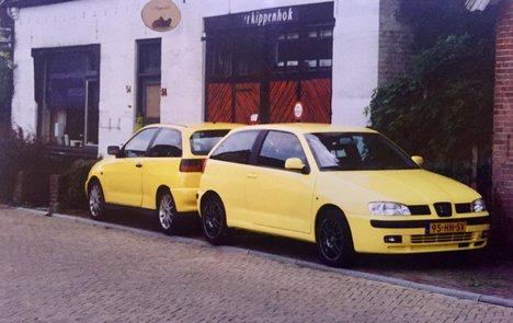 Rijbewijs Hartkamp Barneveld twee oude lesauto's 1999. Rijschool Hartkamp Barneveld oude huis en kantoor.