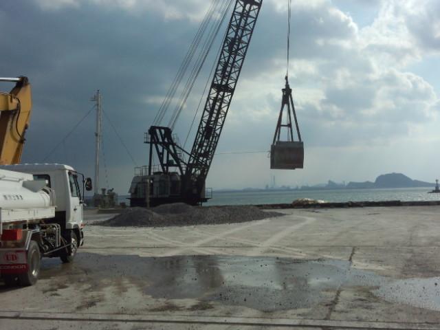 船から荷揚げ、保管倉庫まで搬入