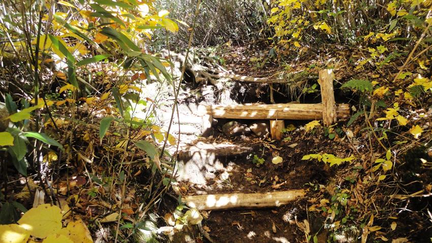 一番の難所段差も真新しい木製階段で安心