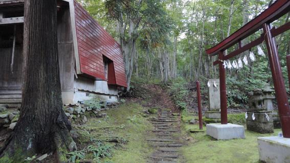 道なりに、整備された階段を登り参道進む