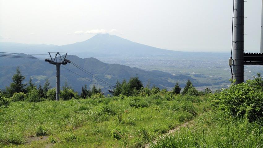 15.  山頂から「岩木山」、手前に名水「お茶の水」の「尾開山」、「桂清水」の「堂ケ平山」